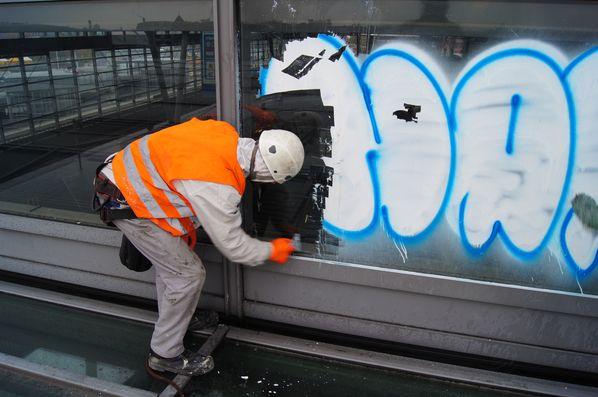 Graffittibeseitigung auf der Glasfassade