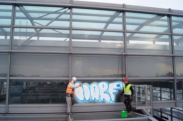 Grafittibeseitigung am Bahnhof Südkreuz in Berlin